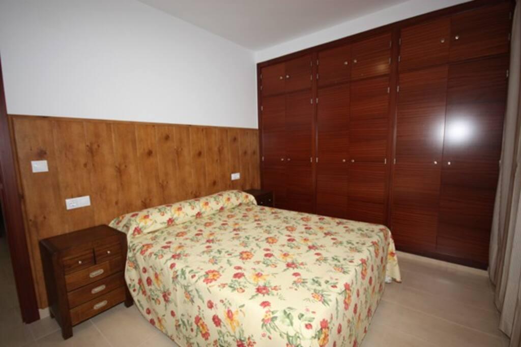 1 dormitorio con cama de matrimonio