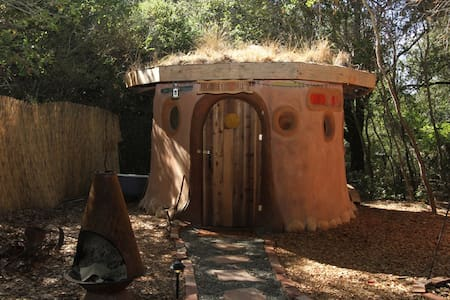 A Grass-Roofed Earthen Hobbit Hut - Geyserville - Jordhytte