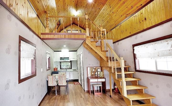 아늑한 원목과 박공형태가 동화 속 집이 연상되는 민들레 객실