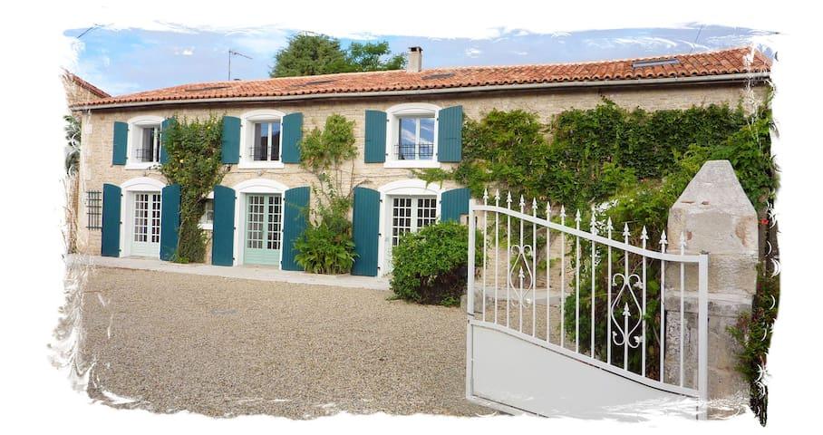 Spacious 4 Bedroomed stone Farmhouse on large site - Nanteuil-en-Vallée - Casa