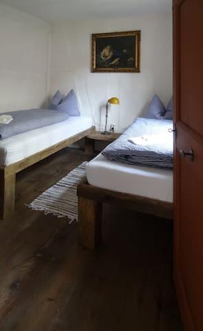 Kleines Schlafzimmer mit zwei Einzelbetten