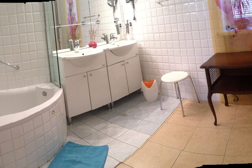bathroom with bath tube and two sinks