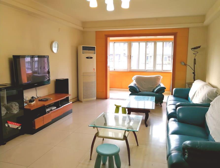 客厅,等离子电视,和免费WiFi...