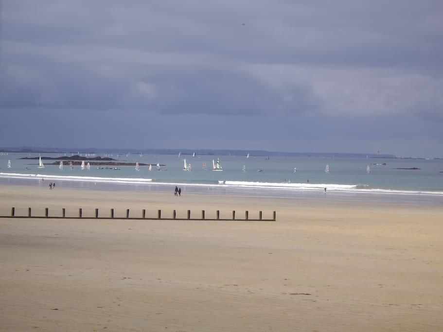 En sortant de la résidence.... La plage .
