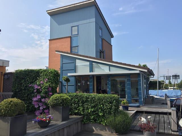 Vrijstaand huis aan water met HooraValk  in  Heeg