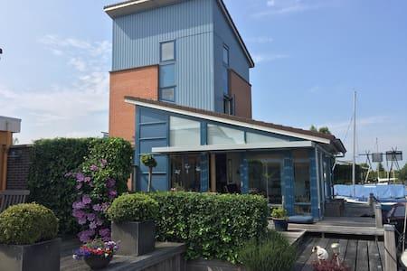 Vrijstaand huis aan water  in  Heeg - Heeg