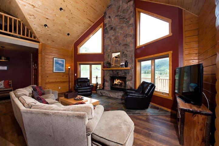 Log Cabin with Views - Ping Pong/Fire Pit/Hot Tubs