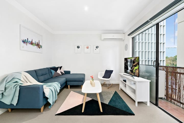 Light filled, modern South Melb apartment