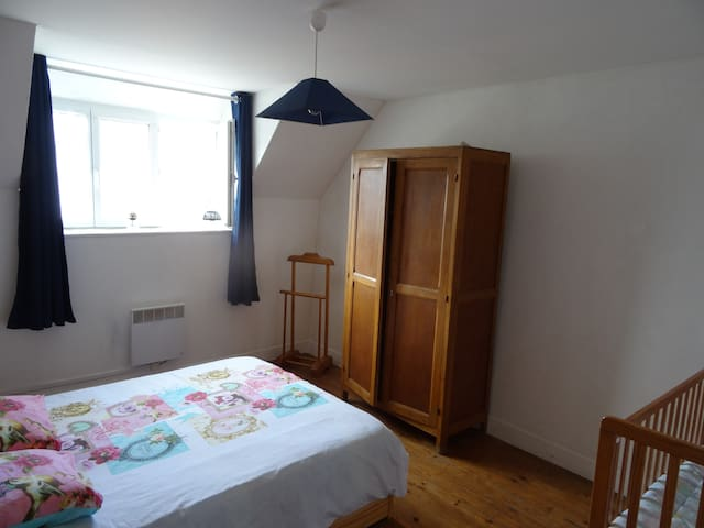 Chambre adulte (lit double + lit bébé).