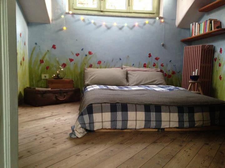 Un letto in mezzo ai fiori