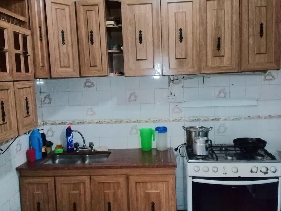 Cocina compartida con utensillos completos