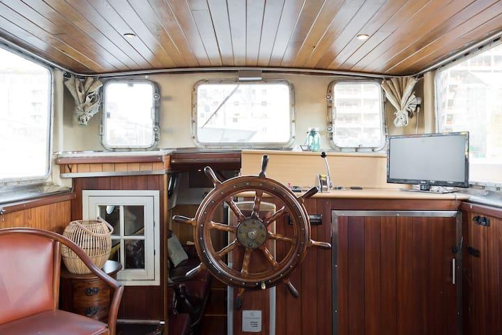 Sunny Barger Houseboat - Grand Canal Docks, Dublin
