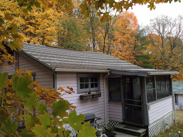 Lovely bungalow in the woods w pool - New Paltz - Bungalow