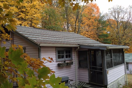 Lovely bungalow in the woods w pool - New Paltz - Cabana