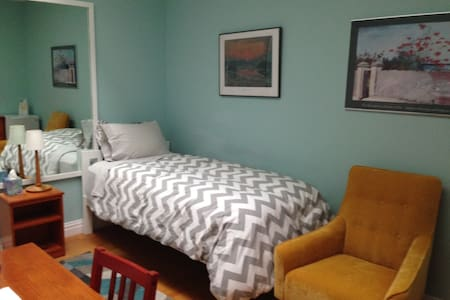 Comfortable Room in Lovely Home, quick ride to NYC