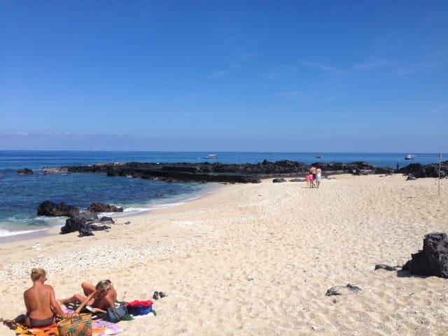 La plage mythique du Boucan Canot avec sa piscine d'eau de mer réaménagée est à seulement 15 mn en voiture.