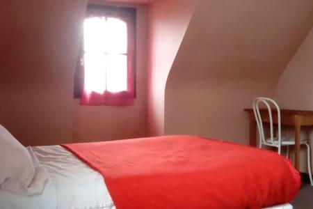 Chambre rose vue jardin dans maison bretonne - Ploeren