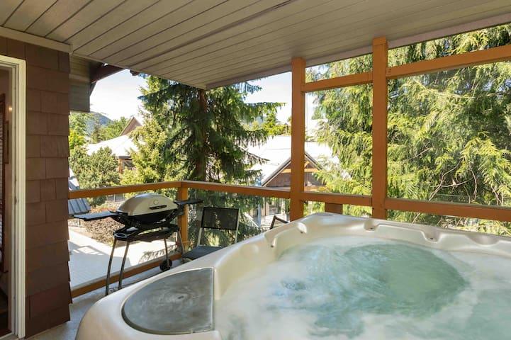 *Perfect Location* Glacier Reach w/private hot tub