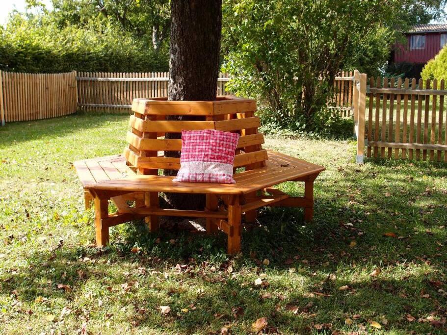 Eine Baumbank unter alten Bäumen im 1000m² Privat-Garten!