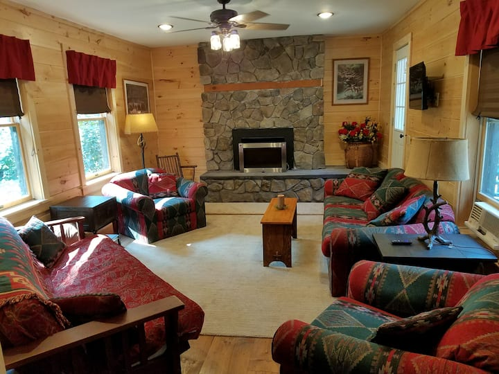 WARRENSBURG LOG CABIN-with WINTER HOT TUB
