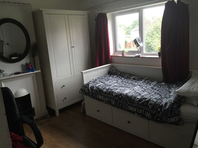 Beautiful room in historic village in MK - Great Linford