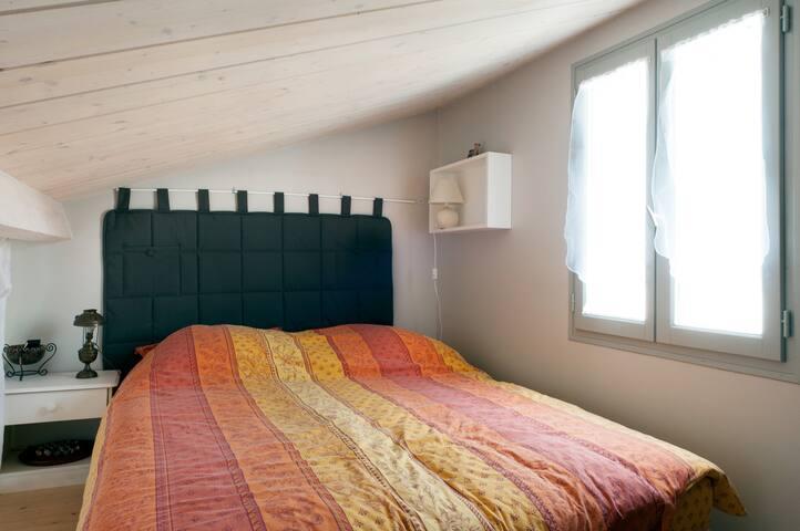 Un lit double en mezzanine