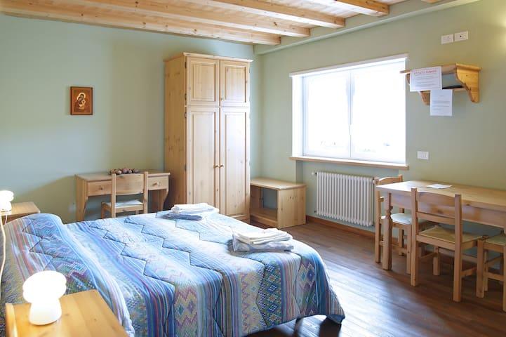 Camera grande, 4 posti letto e angolo cucina