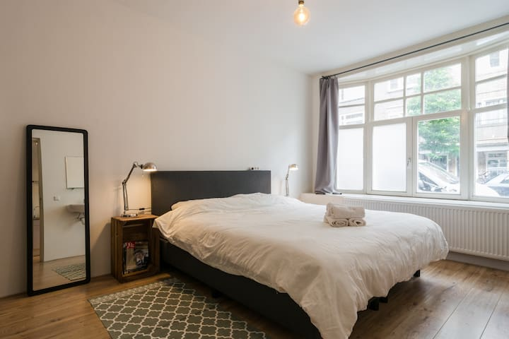 Beautiful room in amazing home - Local Experience