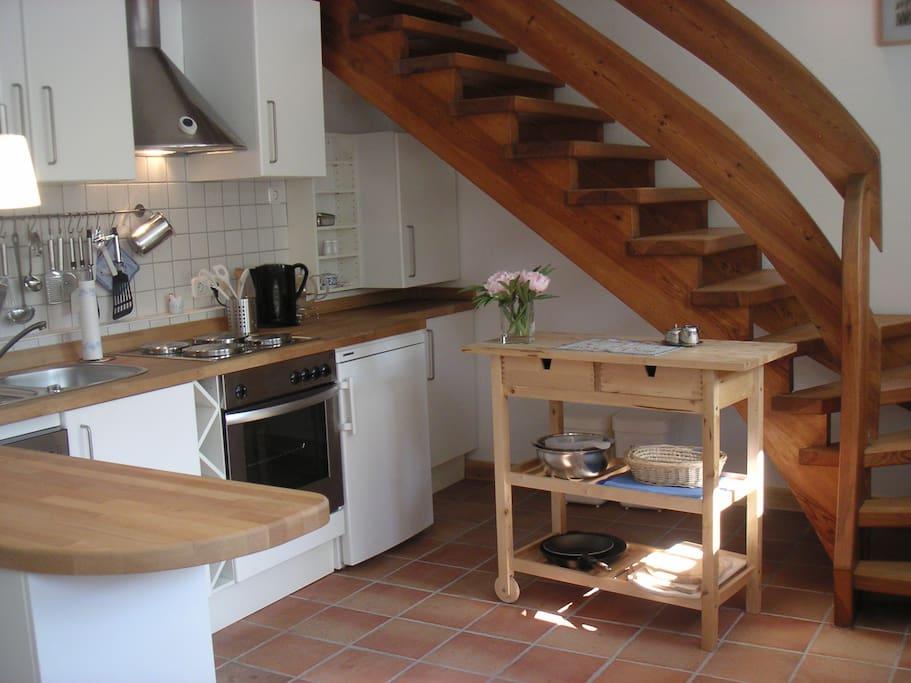 Moderne Küche, voll eingerichtet (E-Herd, Backofen, Geschirrspüler, Kühlschrank, Kaffeemaschine + Toaster, Wasserkocher etc.)