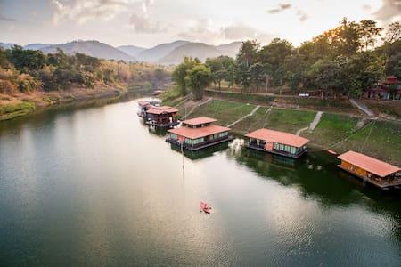 Pufa Engnam Lake & Resort: Romklao Raft - Amphoe Nong Prue - วิลล่า