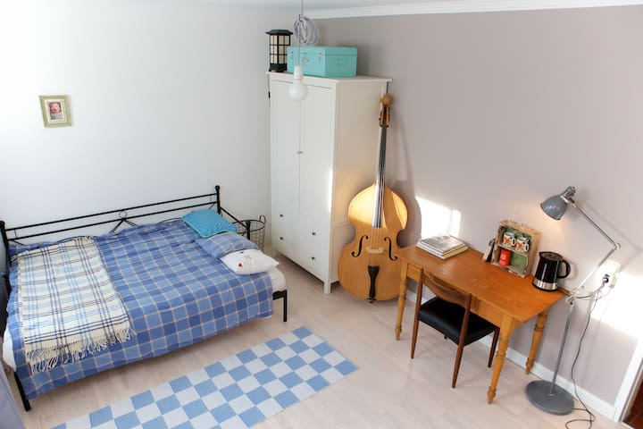 Spacious room with private bathroom - Frechen - Hus