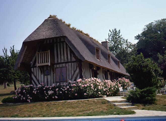 chaumière avec piscine et tennis - Saint-Benoit d'Hébertot - Huis
