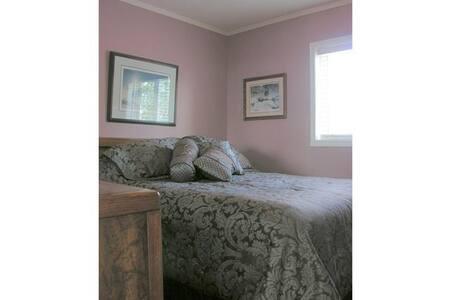 Cozy, clean & quiet Queen bedroom near the Calgary - Cayley - บ้าน