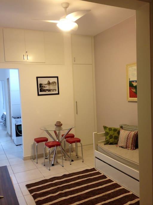 Sala com mesa e ventilador de teto