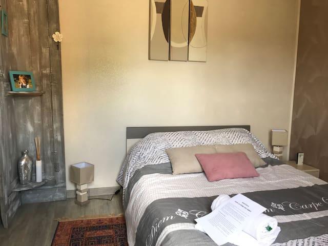 Chambre 2 - RDC vue sur Piscine et terrain