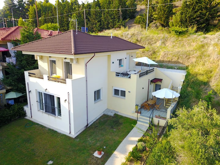 Spacious, modern villa just 100m from the beach.