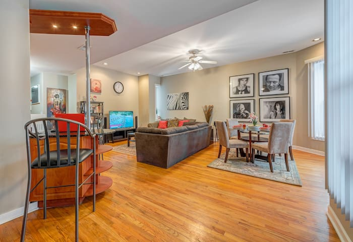 K-1N - Sleeps 8 Parking Breakfast  Sushi Wine Early check-in and late check out near University of Chicago and hospital,  beach 8 min.