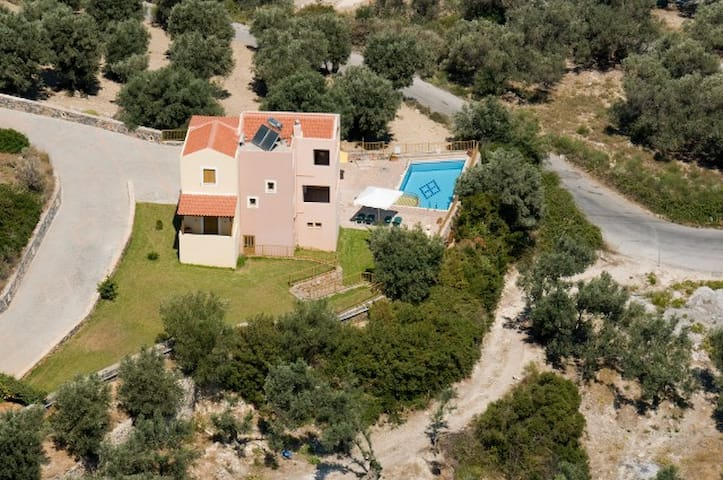Quiet Villa only 3km from resort - Maroulas - House