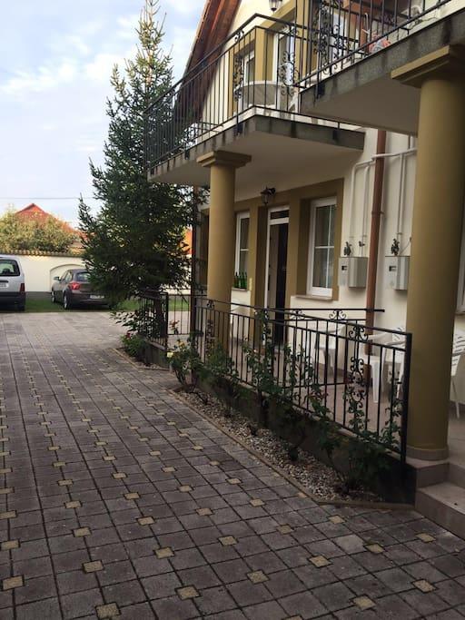 Einfahrt mit Innenhof