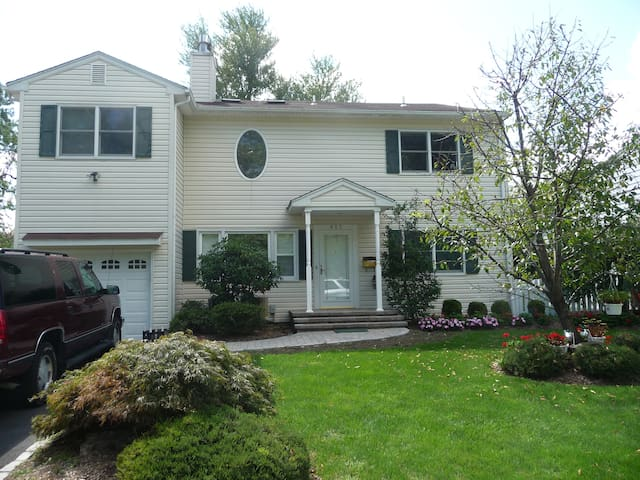 Across from Baltusrol - rooms in available! - Springfield Township - Casa