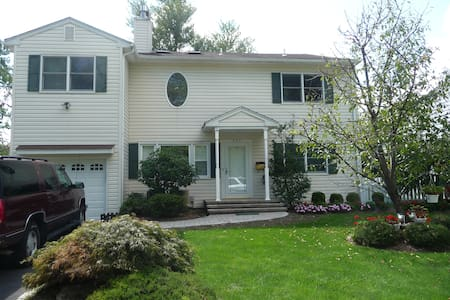 Across from Baltusrol - rooms in available! - Springfield Township - Talo