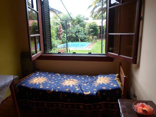 Habitación en casa de familia con parque y piscina - Villa Martelli  - Дом