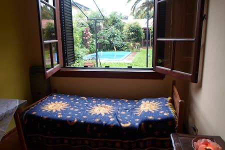 Habitación en casa de familia con parque y piscina - Villa Martelli  - 独立屋