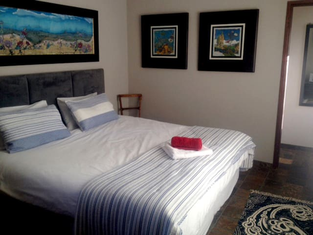 Charmwood Cottage - Sunny, Semi-self Catering Unit - Bloemfontein - Leilighet