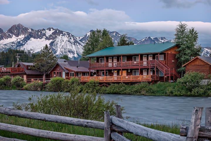 Riverside Queen #3 - Redfish Riverside Inn