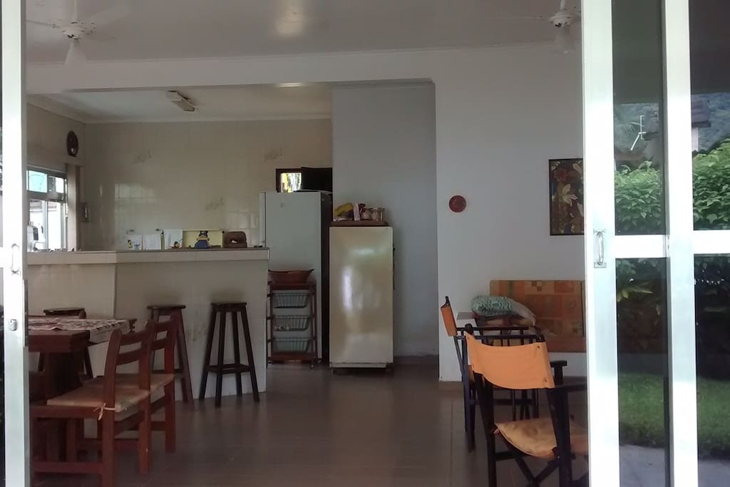 Salas, bar e cozinha