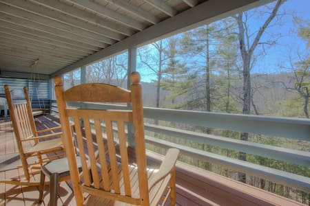 3-bdrm/3-bath Upscale Retreat , forest views, Flat Rock, hiking, breweries/more! - Flat Rock - Hus