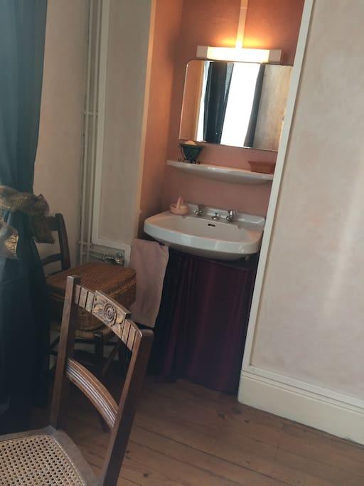 La chambre dispose d'un lavabo