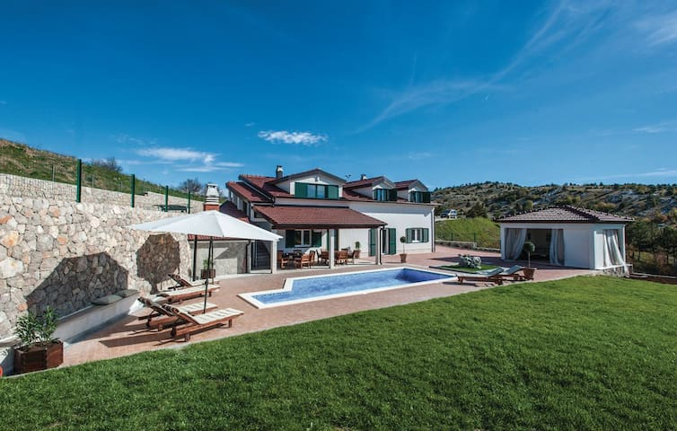 Perfect Holiday Home - Pool, Lounge, Grill, Garden - Gornje Ogorje - บ้าน