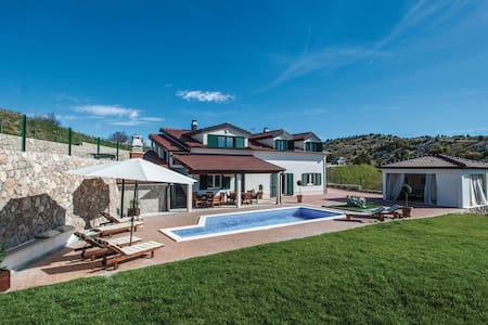 Private Villa- Heated Pool, Lounge, Grill, Garden